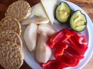 Birne, Paprika, Avocado mit Zitronen-Dressing, Ziegenkäse und Maiswaffel